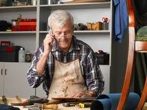 Homme aîné avec le téléphone portable Images libres de droits