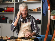 Homme aîné avec le téléphone portable Photo libre de droits