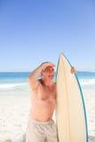 Homme aîné avec sa planche de surfing Image libre de droits