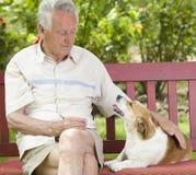 Homme aîné avec son crabot Images stock