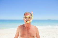 Homme aîné avec son masque Photos stock