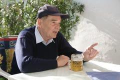 Homme aîné ayant la conversation Photos stock