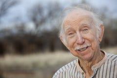 Homme aîné bel à l'extérieur Image libre de droits