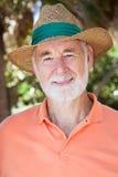 Homme aîné bel dans le chapeau de paille Photo libre de droits