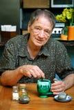 Homme aîné buvant du thé de fines herbes Photo stock
