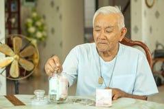 Homme aîné comptant l'argent Photo libre de droits