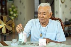 Homme aîné comptant l'argent Photographie stock