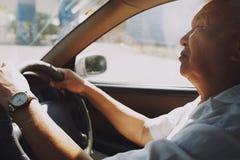 Homme aîné conduisant le véhicule Image stock