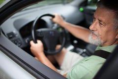 homme aîné conduisant un véhicule Photos libres de droits