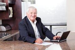 Homme aîné contrôlant l'investissement Images stock
