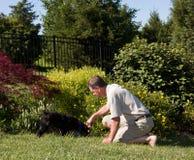 Homme aîné creusant dans le jardin Image libre de droits