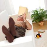 Homme aîné détendant et s'affichant Image stock