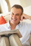 Homme aîné détendant sur le sofa Images libres de droits