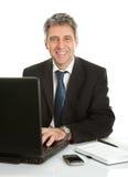 Homme aîné d'affaires travaillant sur l'ordinateur portatif Photos libres de droits