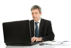 Homme aîné d'affaires travaillant sur l'ordinateur portatif Images libres de droits