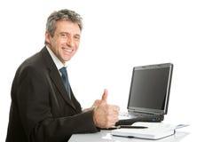 Homme aîné d'affaires travaillant sur l'ordinateur portatif Photographie stock libre de droits
