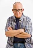 Homme aîné dans des lunettes avec des bras croisés Photos libres de droits