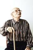 Homme aîné dans des lunettes recherchant Photos stock