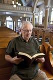 Homme aîné dans l'église Images stock