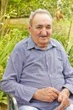 Homme aîné dans l'arrière-cour Images stock