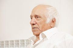 Homme aîné dans la chemise blanche Photos stock
