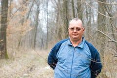 Homme aîné dans la forêt Photos stock