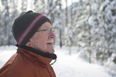 Homme aîné dans la scène neigeuse de l'hiver Photographie stock libre de droits