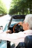 Homme aîné dans la voiture de sport Photographie stock libre de droits