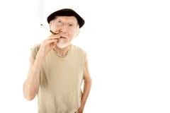 Homme aîné dans le béret avec la cigarette Photo libre de droits