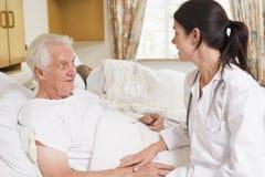 Homme aîné de docteur Talking With Image stock