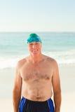 Homme aîné de sourire à la plage Photographie stock libre de droits