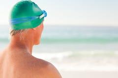 Homme aîné de sourire à la plage Image libre de droits