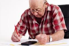 Homme aîné et écritures Images stock