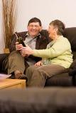 Homme aîné et femme détendant avec du vin Photo stock