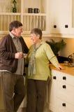 Homme aîné et femme dans la cuisine de créateur Photo libre de droits