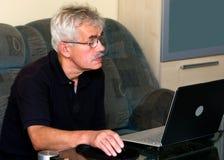 Homme aîné et ordinateur portatif Photo stock