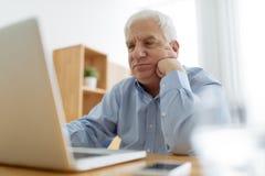 Homme aîné et ordinateur portatif Photos libres de droits