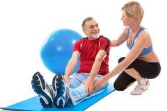 Homme aîné faisant l'exercice de forme physique Photo stock