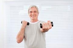 Homme aîné faisant la formation de forme physique Photo libre de droits