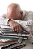 Homme aîné fatigué avec des papiers Images stock