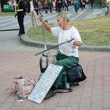 Homme aîné handicapé par main chinoise Photos stock