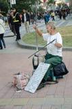 Homme aîné handicapé par main chinoise Image libre de droits