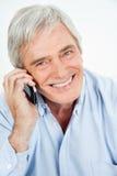 Homme aîné heureux au téléphone Photo stock