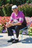 Homme aîné heureux détendant dans un jardin. Images libres de droits