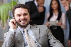 Homme aîné heureux d'affaires au téléphone Photos libres de droits
