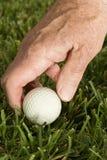 Homme aîné jouant au golf photographie stock