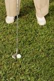 Homme aîné jouant au golf photos libres de droits