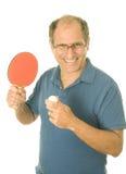 Homme aîné jouant au ping-pong de ping-pong Image libre de droits