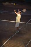 Homme aîné jouant au tennis Photos stock