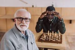 Homme aîné jouant aux échecs Photographie stock